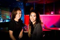 Bonnes copines un amusant au club de nuit — Photo de stock