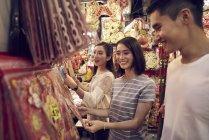 Jovem feliz asiático amigos passando tempo juntos no chinês ano novo — Fotografia de Stock