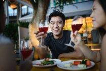 Красива молода азіатських друзі, пити — стокове фото