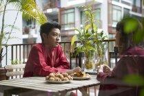 Молода пара святкує Харі Райян в Сінгапурі — стокове фото