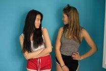 Donna cinese divertirsi con un amico in posa per la fotocamera . — Foto stock