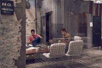 Молодий привабливою пару разом, сидячи в кафе — стокове фото