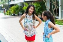 Heureux asiatique mère et fille regarder l 'autre — Photo de stock