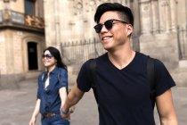Couple chinois en Barcelona tenant la main, Espagne — Photo de stock