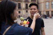 Junge chinesische Paar in Barcelona mit Eis, Spanien — Stockfoto