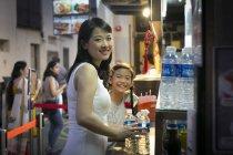 Счастливая мать и дочь вместе в кафе — стоковое фото