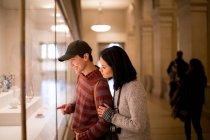 Asian tourists in The Metropolitan Museum of Art, New York, USA — Stock Photo