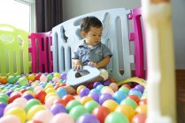 Ребенок веселится, блуждая в игрушечной ручке — стоковое фото