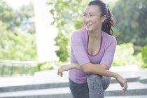 Молодая азиатка растягивается перед ежедневной тренировкой — стоковое фото