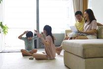 Щасливі молоді азіатські сім'ї разом проводити час вдома — стокове фото