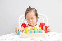 Giovane poco asiatico bambino ragazza giocare con educativo giocattoli — Foto stock
