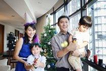 Счастливая семья празднует Рождество вместе дома — стоковое фото