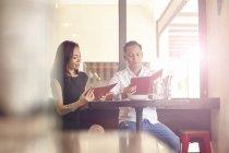 Junge attraktive asiatische Pärchen haben Date im Café, beobachten bei Menü — Stockfoto