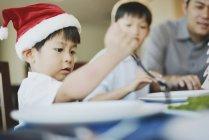 Helene asiatique célèbrent Noël ensemble à la maison — Photo de stock