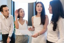 Giovani colleghi asiatici che lavorano insieme in ufficio moderno — Foto stock