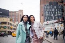 Dos mujer asiática joven caminando en la ciudad de - foto de stock