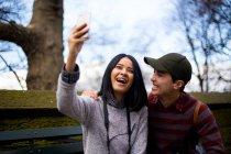 Giovane coppia asiatica di turisti che si fanno selfie a Central Park, New York, USA — Foto stock