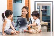Donna che gode di un momento di sano spuntino con i suoi figli — Foto stock