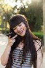 Eurasian donna al telefono per le strade di Barcellona — Foto stock