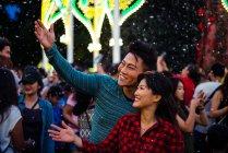 Jovem asiático casal passar tempo juntos na cidade enquanto comemorando natal — Fotografia de Stock