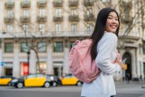 Jeune femme chinoise dans les rues de Barcelone — Photo de stock