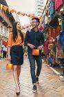 Молодая азиатская пара празднует китайский Новый год вместе в китайском квартале — стоковое фото