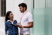 Vendedor masculino hablando con la mujer al aire libre - foto de stock