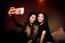 Хороший подруг, беручи selfie в нічний клуб — стокове фото
