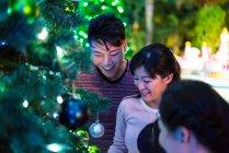 Glückliche asiatische Familie verbringt an Weihnachten Zeit miteinander im Freizeitpark — Stockfoto