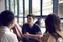 Glücklich junge asiatische Freunde zusammen im Café — Stockfoto