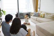 Feliz jovens asiáticos juntos, garoto tirando foto de família em casa — Fotografia de Stock