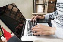 Joven adulto asiático hombre usando laptop en casa - foto de stock