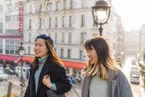Giovani casual ragazze asiatiche a piedi all'aperto — Foto stock
