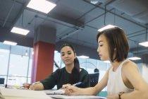 Mulheres de negócios bem sucedidas trabalhando juntas no escritório moderno — Fotografia de Stock