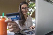 Junge schöne asiatische Frau Transaktion mit Laptop — Stockfoto
