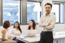Porträt eines jungen Mannes im Konferenzraum eines modernen Büros — Stockfoto