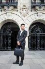 Empresário chinês inteligente de pé na rua em Madrid, Espanha — Fotografia de Stock