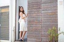 Bella asiatico ragazza a piedi in il strada — Foto stock