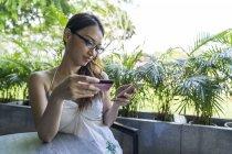 Eine Chinesin, die mit ihrer EC-Karte eine Transaktion tätigt. — Stockfoto