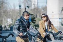 Couple chinois à Madrid en vélo, Espagne — Photo de stock