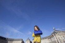 Giovane donna che cammina con la sua borsa blu a Parigi, Francia — Foto stock