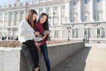 Donne asiatiche che fanno turismo in Madrid con tablet, Spagna — Foto stock