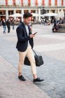 Jovem chinês na Plaza Mayor em Madrid, Espanha — Fotografia de Stock