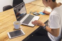 Giovane uomo che lavora con il suo computer portatile in ambiente di avvio — Foto stock