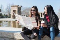 Donne asiatiche che fanno turismo a Madrid e guardando una mappa della città, Spagna — Foto stock