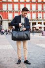 Casual jovem chinês no Plaza Mayor em Madrid, Espanha — Fotografia de Stock