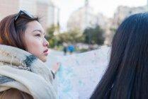Donne asiatiche che fanno turismo in Madrid con mappa, Spagna — Foto stock