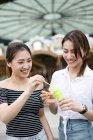 Молоді жінки дме мильних бульбашок — стокове фото