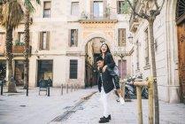 Jeune couple jouant greffer dans le milieu de Barcelone, Espagne — Photo de stock