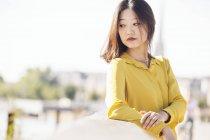 Портрет азиатки, позирующей на мосту — стоковое фото